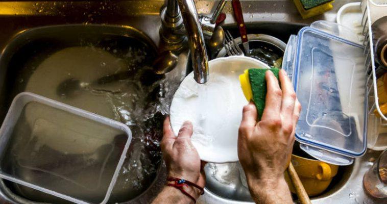 Dicas para reduzir os gastos com água ao lavar louça